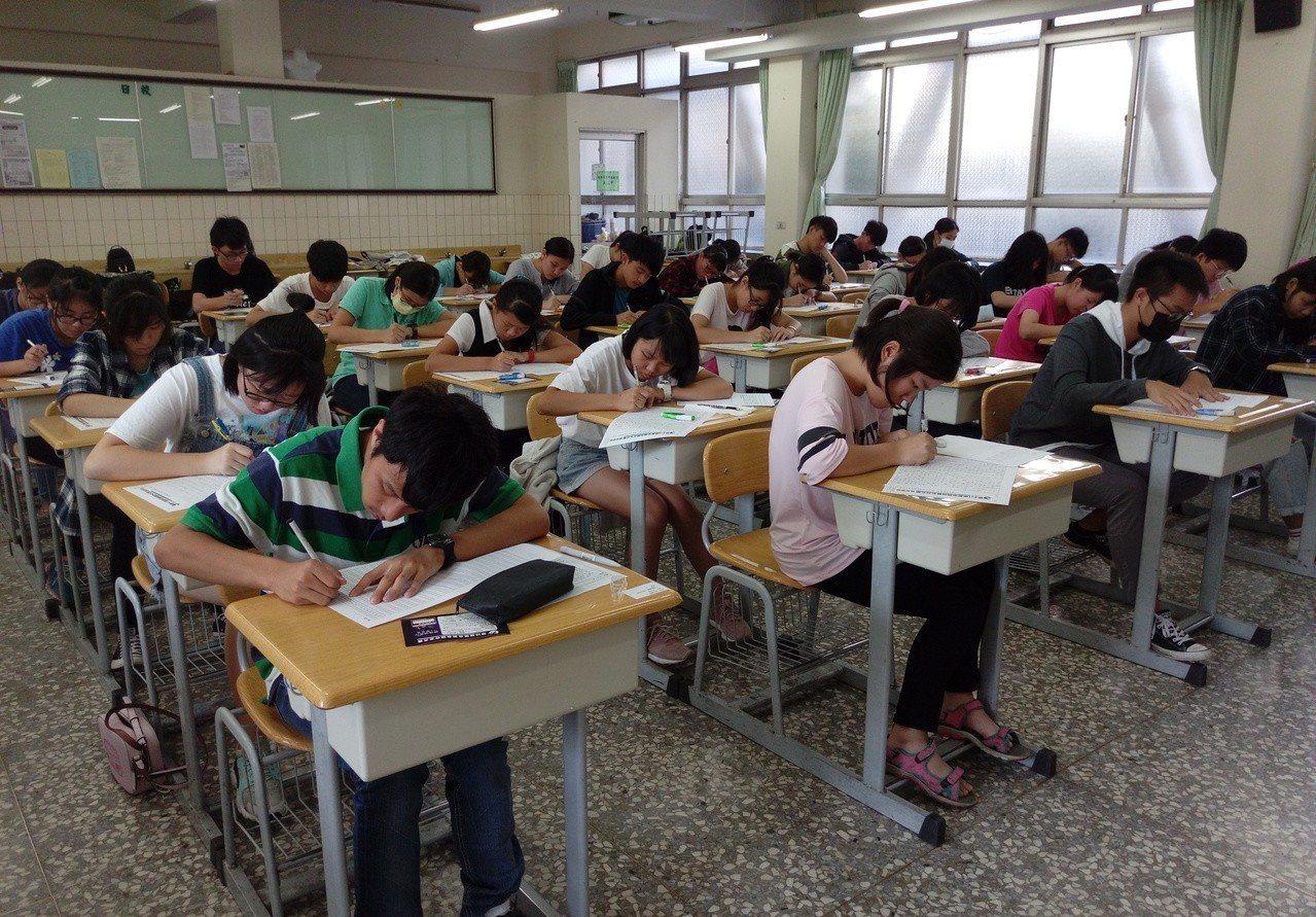 不少考生把聯合盃作文比賽當模擬考,高手過招測試寫作能力。 記者陳秋雲/攝影