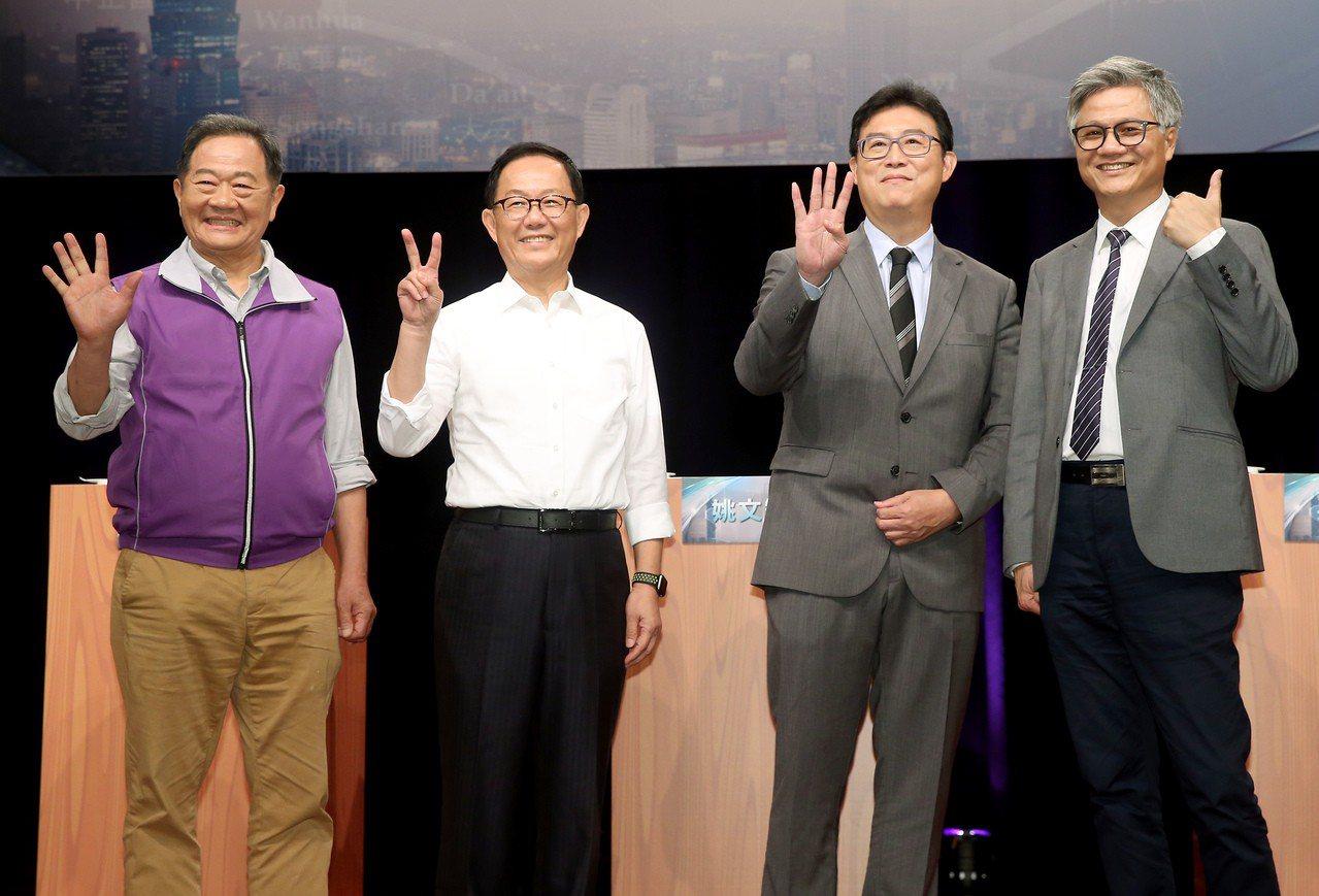 台北市長候選人李錫錕(左起)、丁守中、姚文智、吳蕚洋昨電視辯論,會前合影比出各自...
