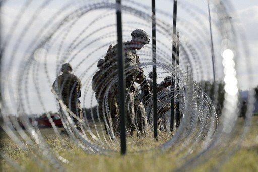 美國總統川普近來主打移民和邊境安全議題,拉抬共和黨在期中選舉的選情。圖為美國士兵...