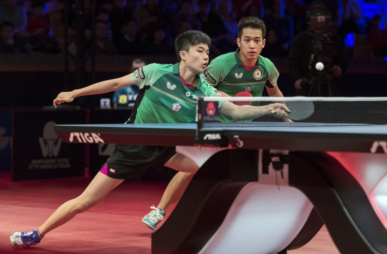 林昀儒(左)與廖振珽在瑞典桌球賽,已三比二擊敗地主選手,拿下搭檔後首冠。(美聯社...