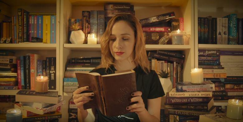 25歲的皮拉.福德16歲開始在BookTube介紹書。取自youtube