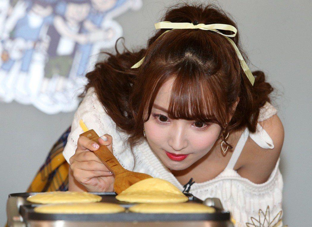 三上悠亞到KKBOX慰勞幸運粉絲,並親手做早午餐鬆餅餵食歌迷。記者胡經周/攝影