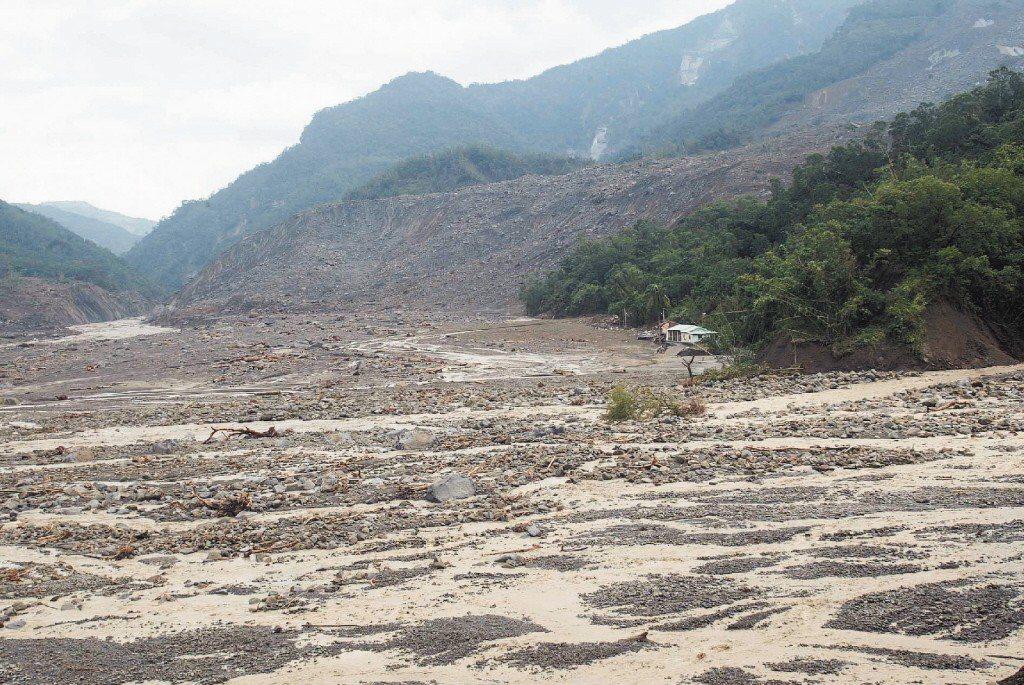 2009年莫拉克颱風帶來的豪雨造成高雄縣甲仙鄉的小林村遭土石流全部沖走。 圖/聯...