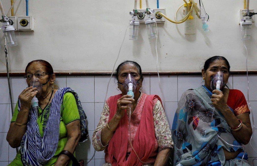新德里醫院在每年11月就擠滿因呼吸問題前來求診的民眾。路透
