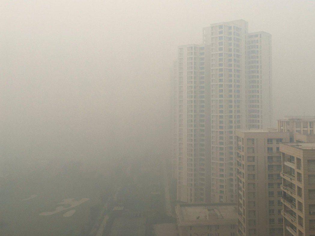 新德里五日遭大片灰濛霧霾籠罩。(路透)