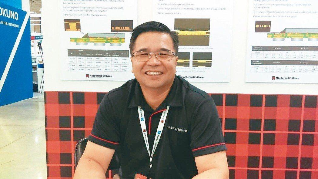 台灣麥德美樂思總經理楊勝雄,在2018 TPCA展接待各方來客。 翁永全/攝影