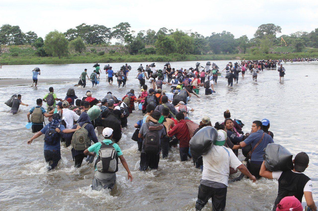 尋求庇護難民,憂大篷車移民大軍讓他們進入美國受阻。 記者魏碧洲/翻攝
