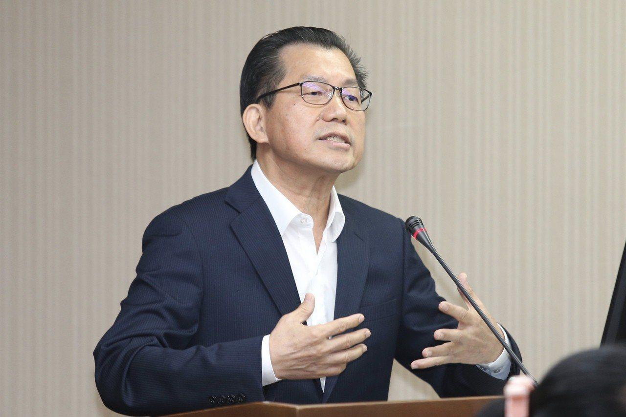 針對機車公會抗議禁賣燃油車政策,環保署長李應元表示,全世界都往電動車的方向發展,...