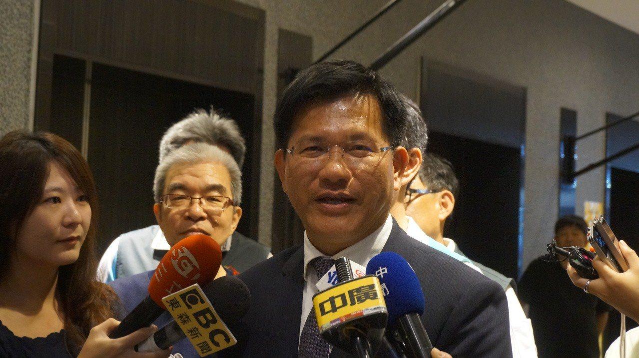 台中市敬老愛心卡福利再加碼,台中市長林佳龍今天在多位市議員見證下宣布,繼搭公車、...
