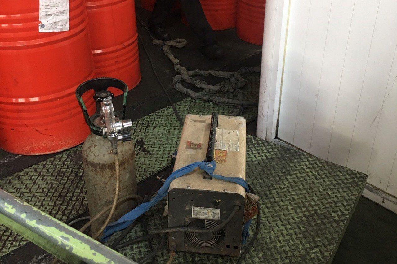 台南市安南區一處工廠5日發生疑似工作人員焊接時引發氣爆的意外,造成兩人受傷送醫。...