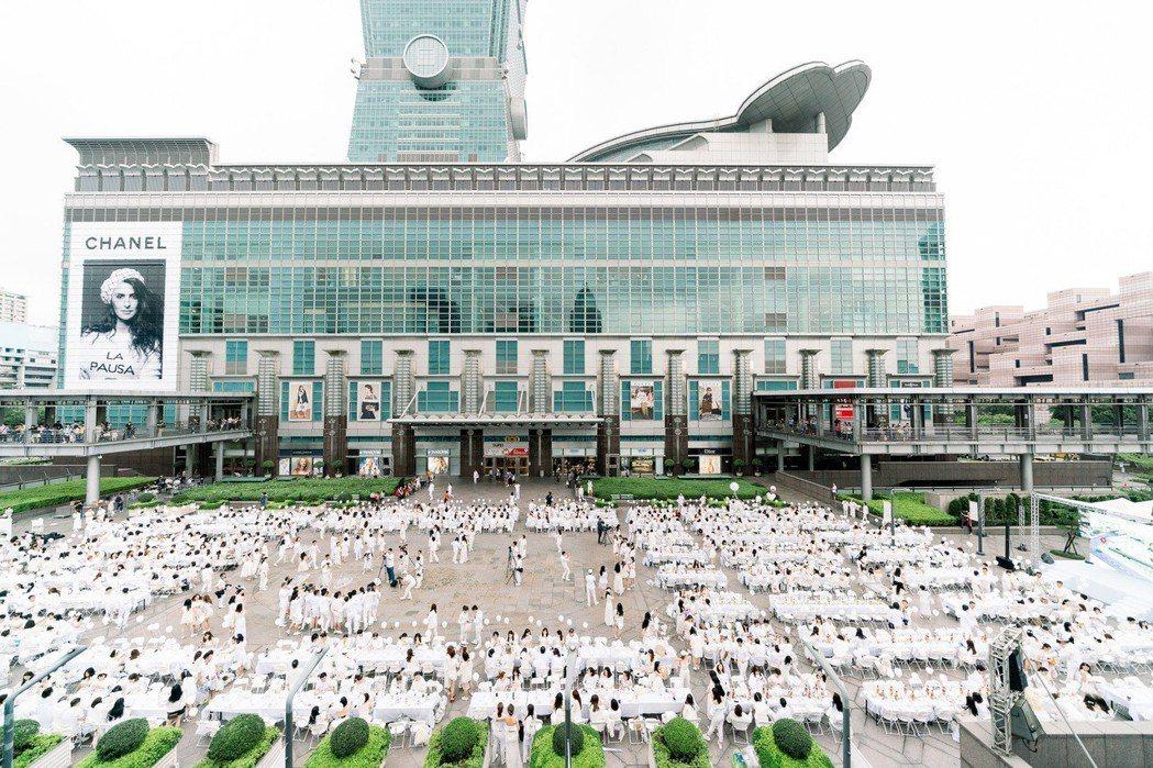 白色野餐於 11/3 下午於 101 水舞廣場舉行,吸引超過 1000 人參加。...