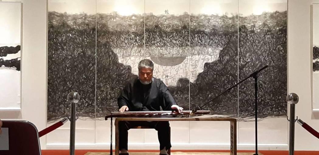 寶吉祥集團於國父紀念館舉行《線之道,樊洲水墨畫世界巡迴展》,藝術家樊洲在開幕式時...