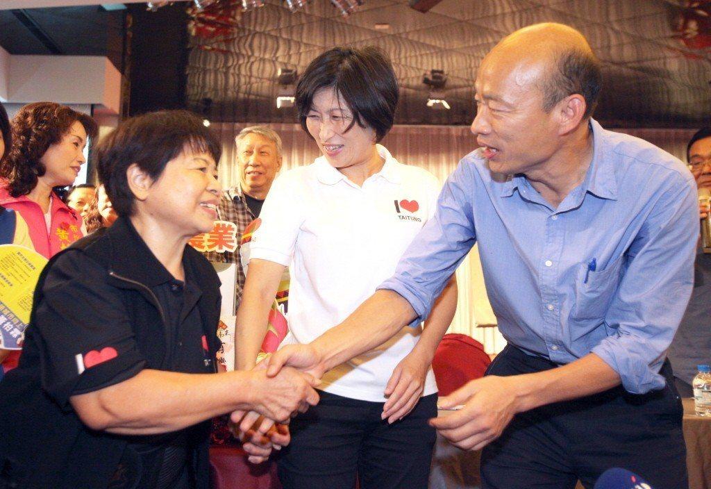 韓國瑜與「愛心菜販」陳樹菊舉辦「最強菜販」見面會。 圖/聯合報系資料照