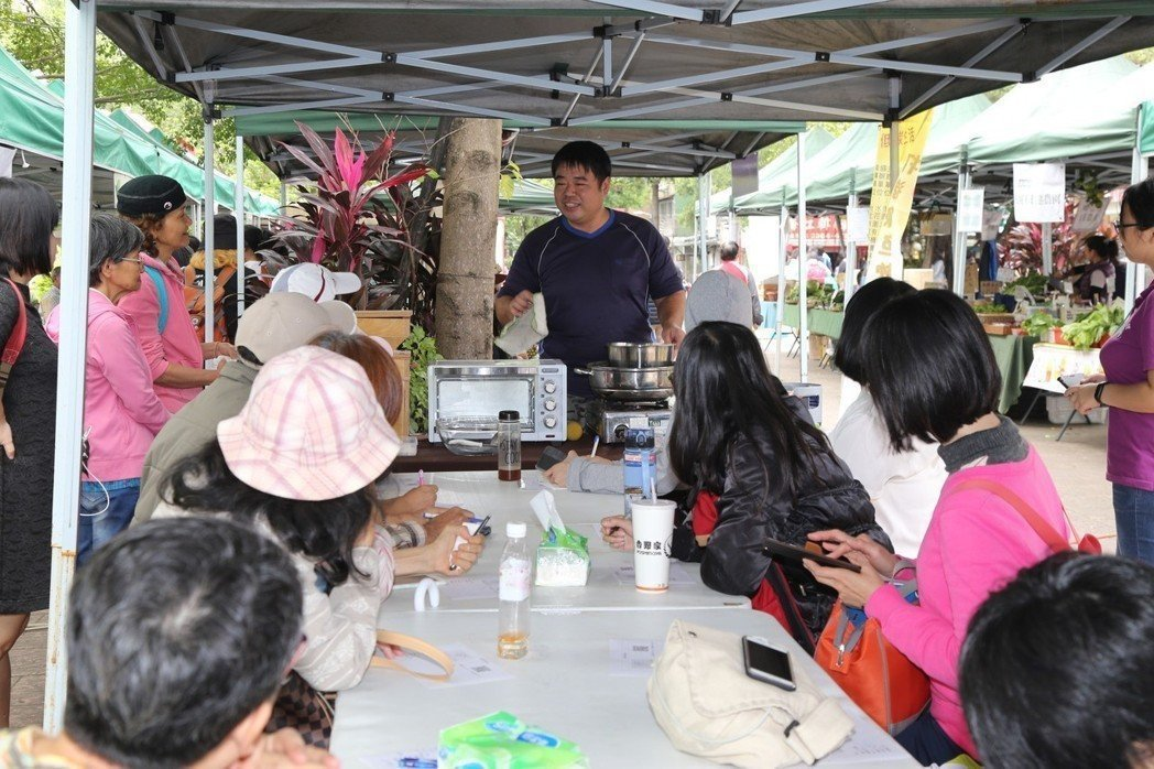 水花園有機農夫市集開辦多年,40個攤位,生鮮蔬果佔一半,還有果醬、烹飪課、有機棉...