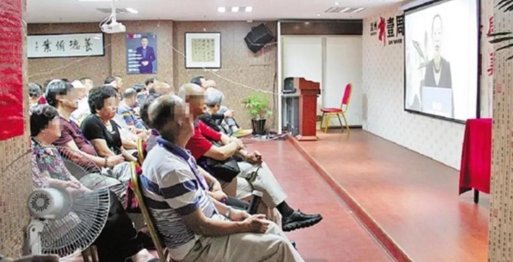 執法人員突擊時,現場仍有多名老人在聽講座。圖片來源/央視網