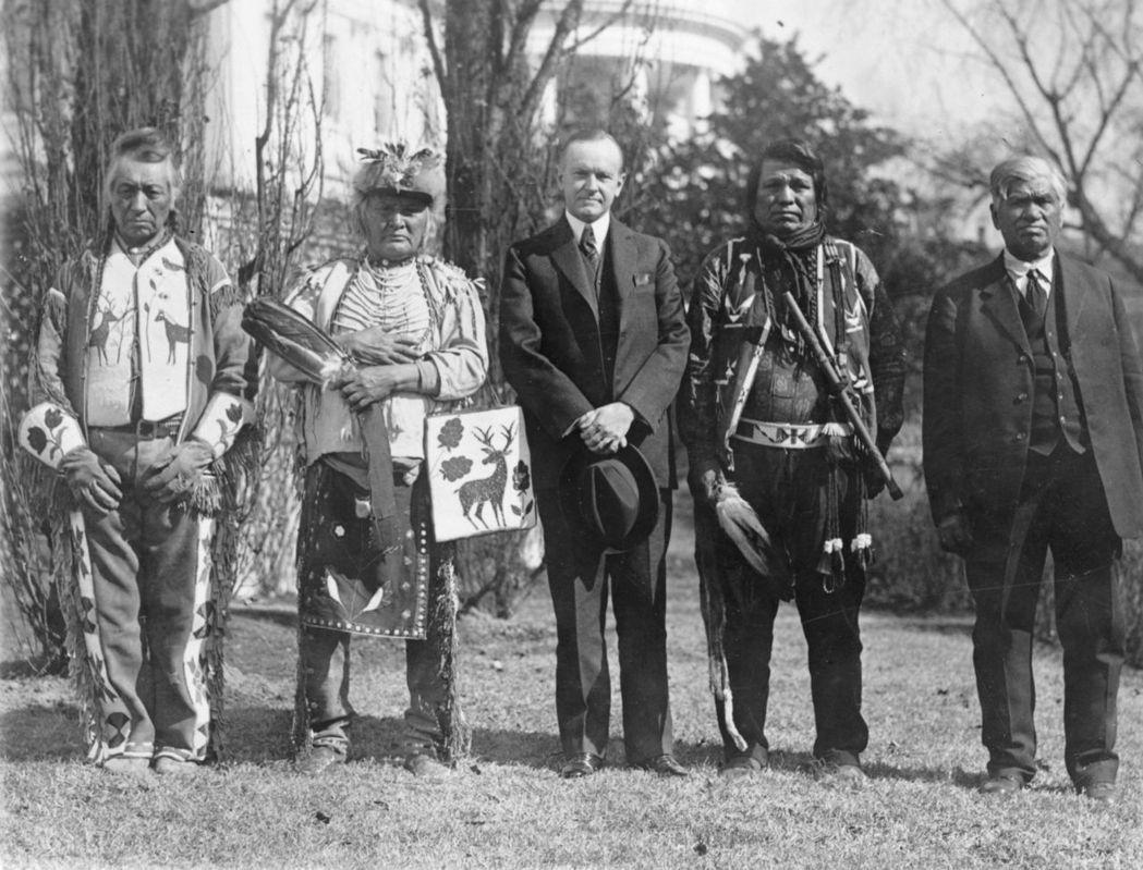 脫離部落的原住民是否適用「出生公民權」?這項爭議直到1924年國會通過《印第安人...