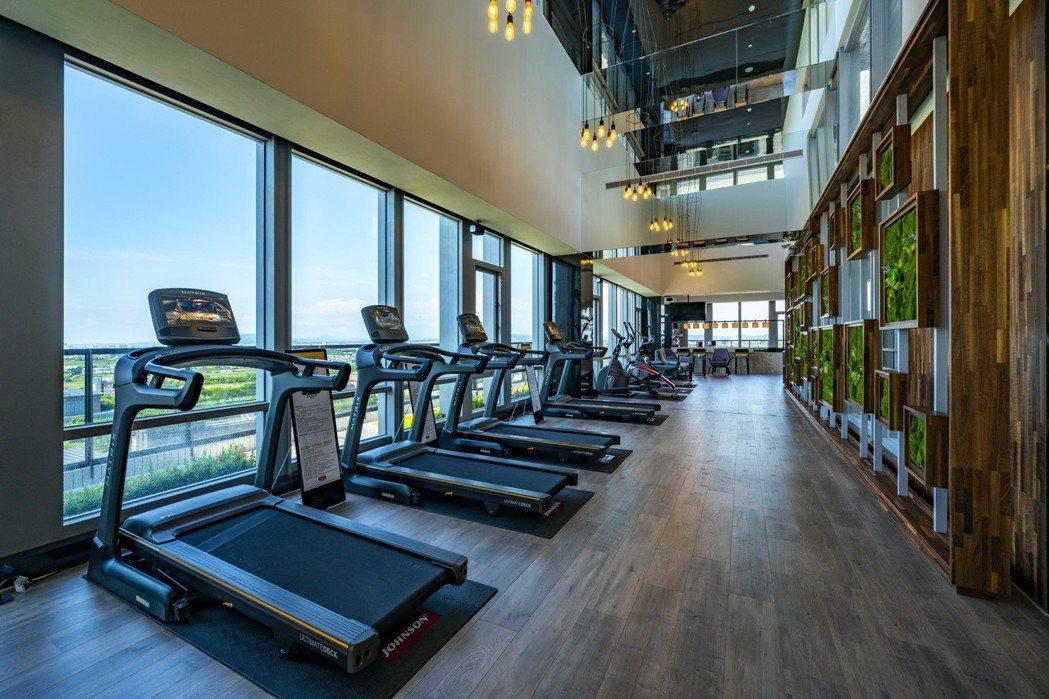 位於23樓的空中健身房,和藍天、樹海一起鍛鍊身心。圖片提供/泰郡建設