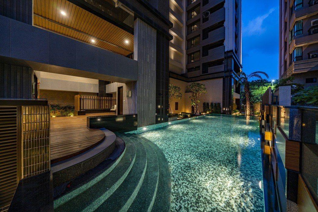 漂浮在綠海中的飯店式泳池,不管是白天黑夜來都很有味道。圖片提供/泰郡建設