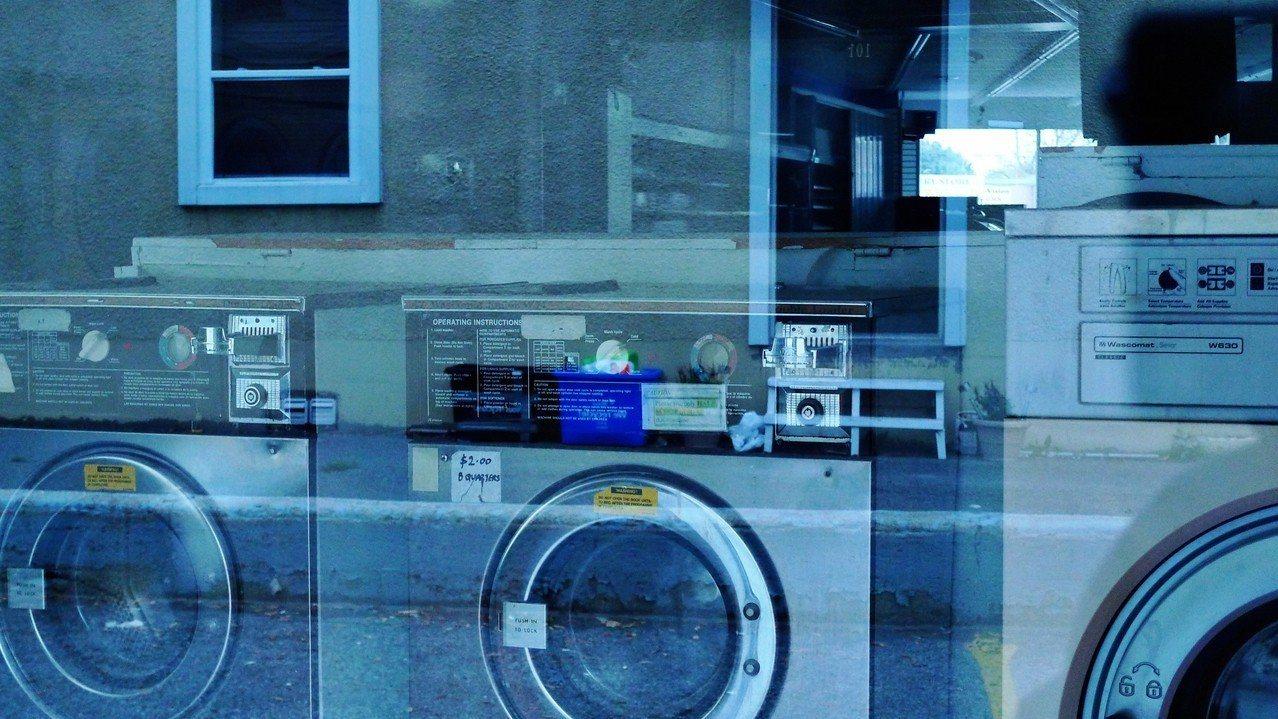 示意圖。南韓釜山日前有一名女國中生和朋友打賭,主動鑽進自助洗衣機裡,沒想到卻受困...