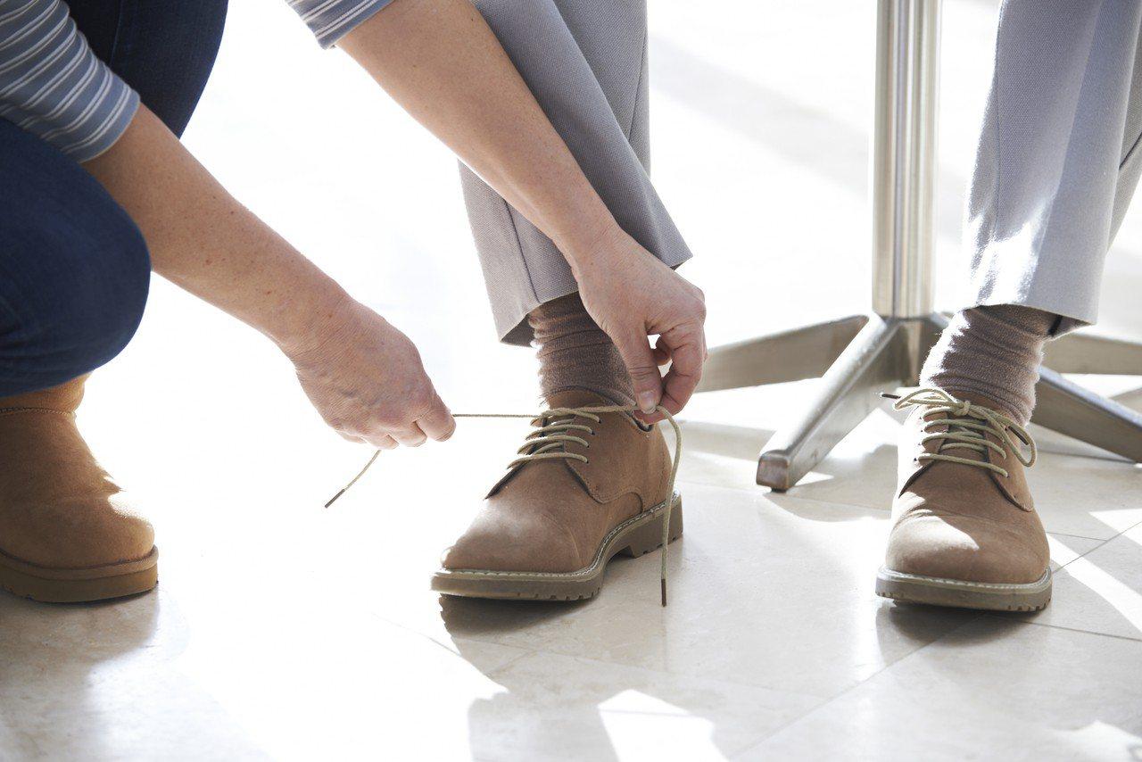 示意圖。日前有網友發文喊冤,女友鞋帶脫落他貼心幫忙綁緊,卻遭女路人酸「馬子狗」,...