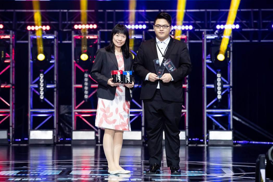 《泰山首開最多BUFF奬》得主ahq戰隊,由品牌經理陳秀鳳(左)代表頒發,ahq...