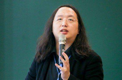 行政院數位政務委員唐鳳說,「不要教小孩當工具人」,否則就容易被AI取代。 記者鄭...