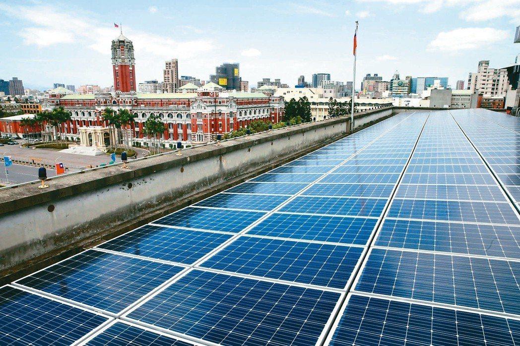 太陽能板回收成環境隱憂,環保署表示,回收處理機制已經成熟。圖為國發會屋頂架設的太...