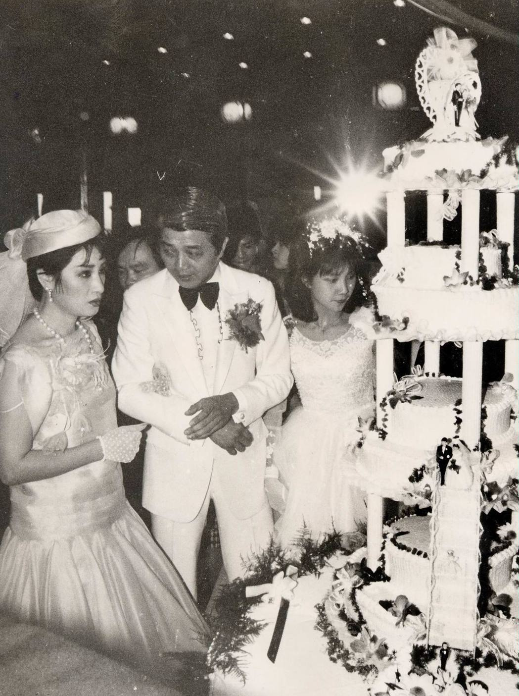 洪文棟、楊麗花1983年結婚切蛋糕。。圖/聯合報系資料照