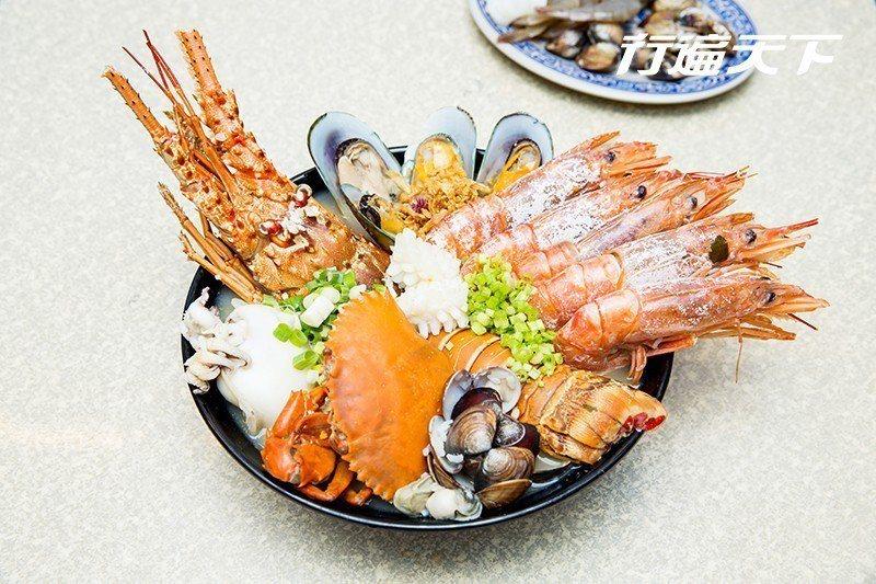痛風粥裡有龍蝦、螃蟹、大蝦、大花枝、淡菜、蛤蜊、花枝滿出碗公  攝影|行遍天下