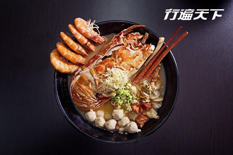 龍蝦海鮮粥|特大龍蝦海鮮粥裡的主角果然吸睛,蜷縮的身體就占去半碗份量,正因為新鮮...