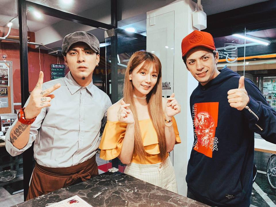 嘎嘎(左起)在咖啡店工作,好友解婕翎、前「大嘴巴」宗華來捧場。圖/摘自臉書