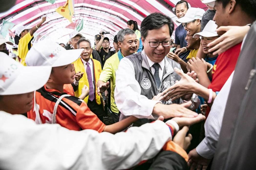 桃園市長鄭文燦透過「多喝水」方式來保養自己打選戰。圖/鄭文燦競選團隊提供