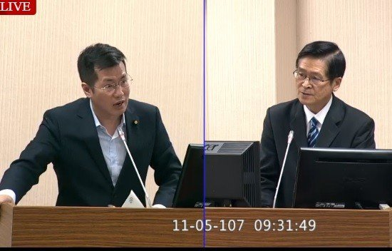 外傳美軍將於11月在台海、南海實施大規模軍演,但國防部嚴德發(右)上午在立法院表...