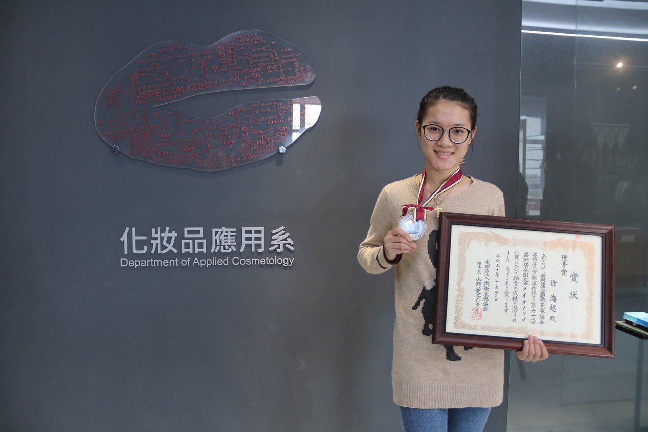 弘光科大大一生徐海越首次參加日本藝術祭摘銀。記者余采瀅/攝影