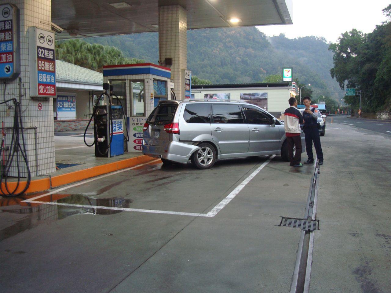 休旅車今天上午6點多倒車加油,疑似暴衝撞倒加油機。記者范榮達/翻攝