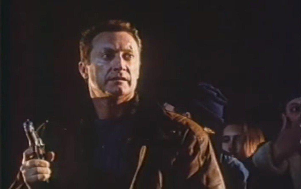 澳洲男星布萊恩布朗扮演被人設計的私家偵探。圖/翻攝自YouTube