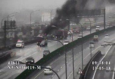 消防局表示,今天早上9點26分接獲報案,在國道五號南下35.2公里處,有小客車火...