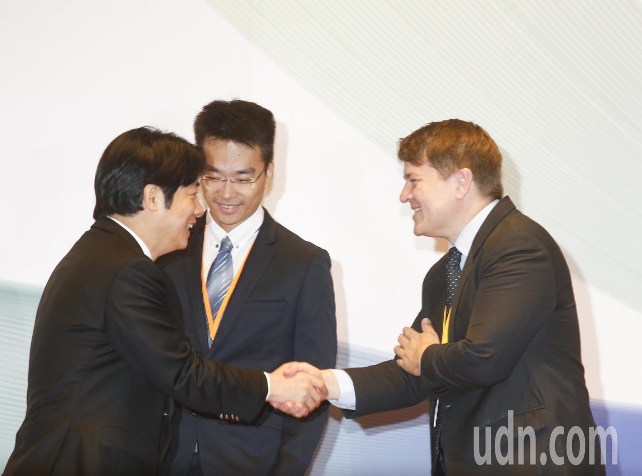 亞太防制洗錢組織針對台灣的第三輪相互評鑑上午正式展開,行政院長賴清德(左)親自出...