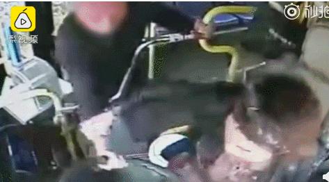 江西又出現一起老人搶奪公車司機方向盤案件,這名老人後來被當地公安因涉嫌以危險方法...