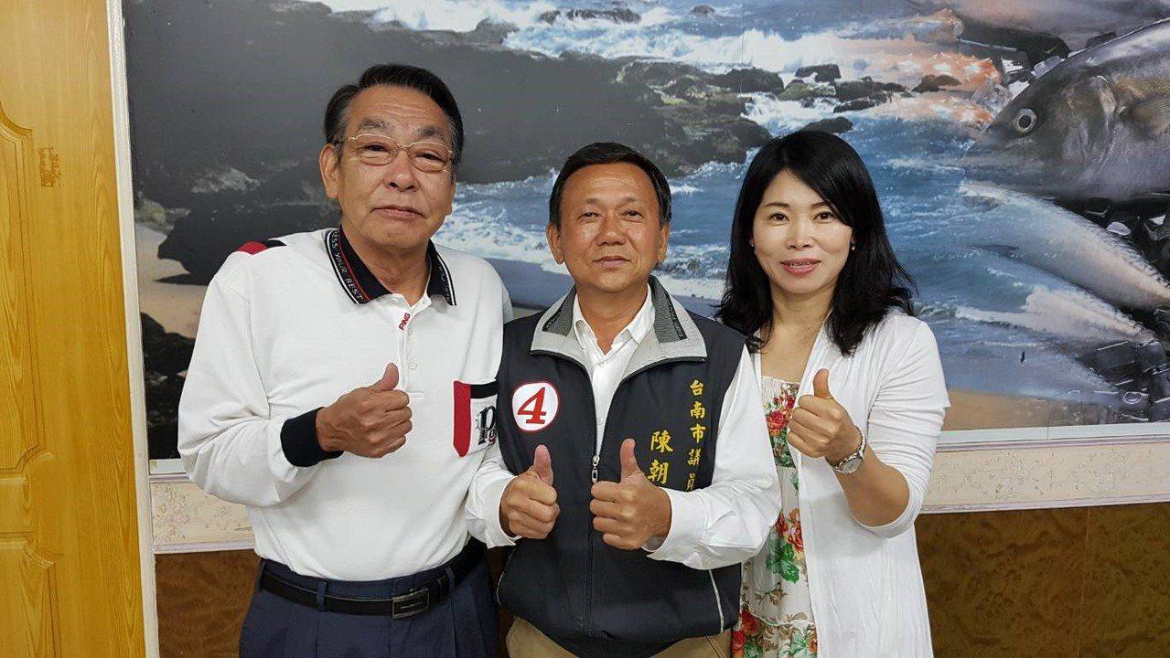 選戰進入倒數,台南市議員陳朝來(中)兩名相識逾10年的日籍友人瀧川和志(左一)、...