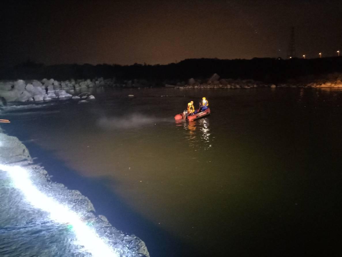 警方到場查看後,研判黃男疑似落水,消防人員前往大甲溪北岸搜救。記者余采瀅/翻攝