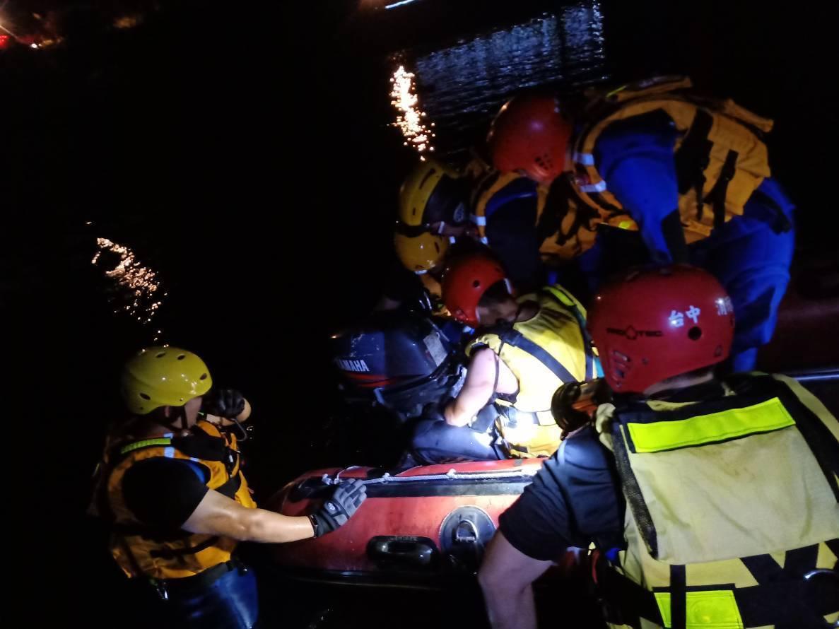 經消防分隊派員搜救3個多小時後,在釣竿距離約50公尺下游處發現黃男遺體。記者余采...