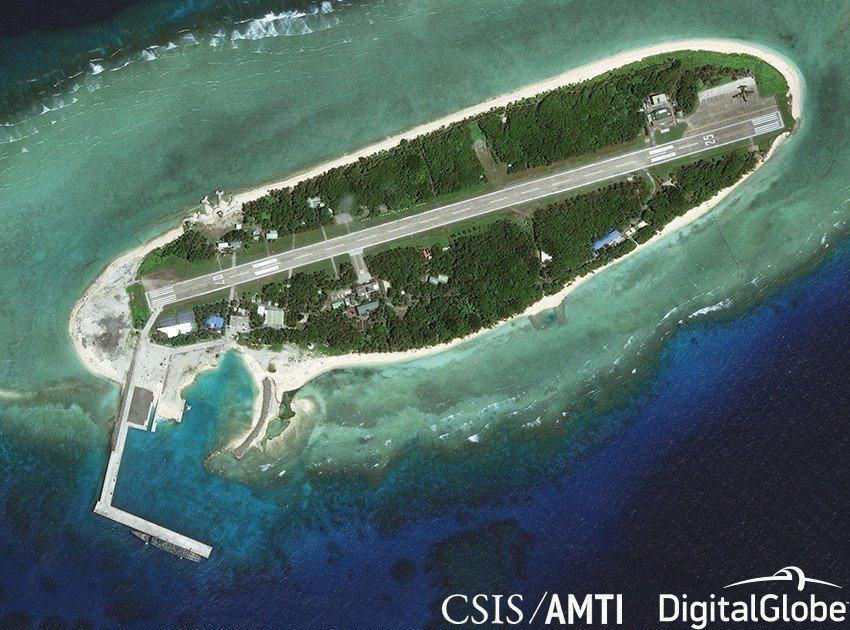 CSIS/AMTI透過衛星於2017年2月20日攝下海軍成功級飛彈巡防艦泊靠太平...