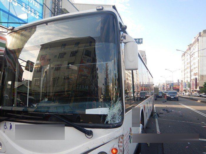 台中市發生酒駕車禍,公車連撞3車。記者游振昇/翻攝
