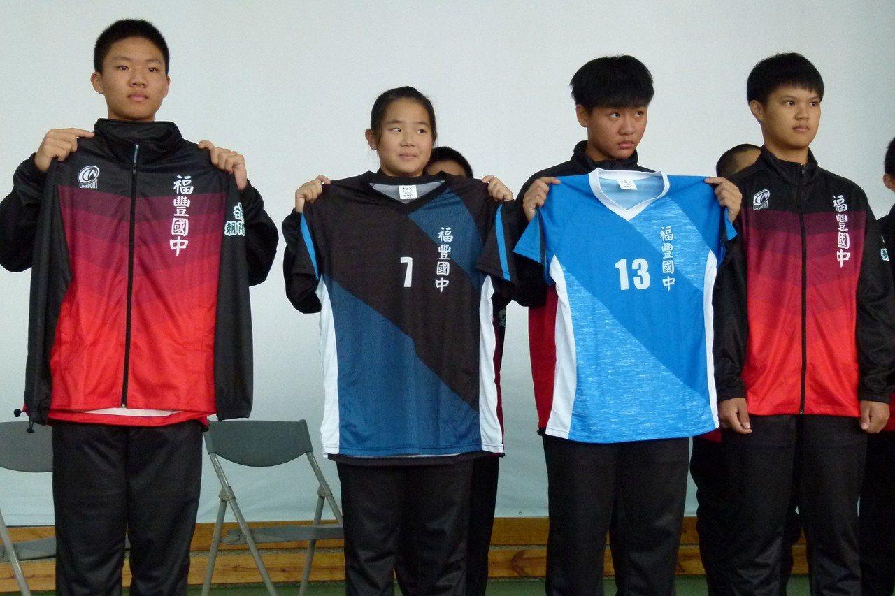 福豐國中排球隊以前比賽都穿學校體育課服裝上場,現在有整套帥氣的校隊服裝了。記者鄭...
