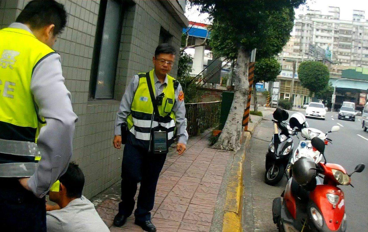 林姓男子在屏東工作,因沒錢搭高鐵返回台北住處,竟行竊一輛車齡近10年的機車,騎乘...