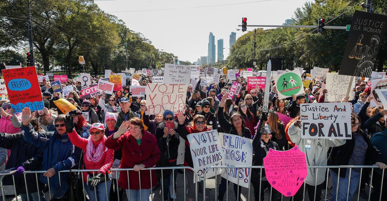 美國女性積極投入政治,參與遊行表達意見。圖為10月13日在芝加哥的集會,號召選民...