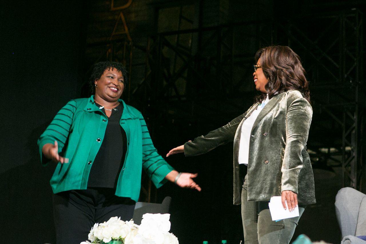 美國影視天后歐普拉(右)力挺競選喬治亞州州長的民主黨籍非裔候選人艾布蘭(左)。法...