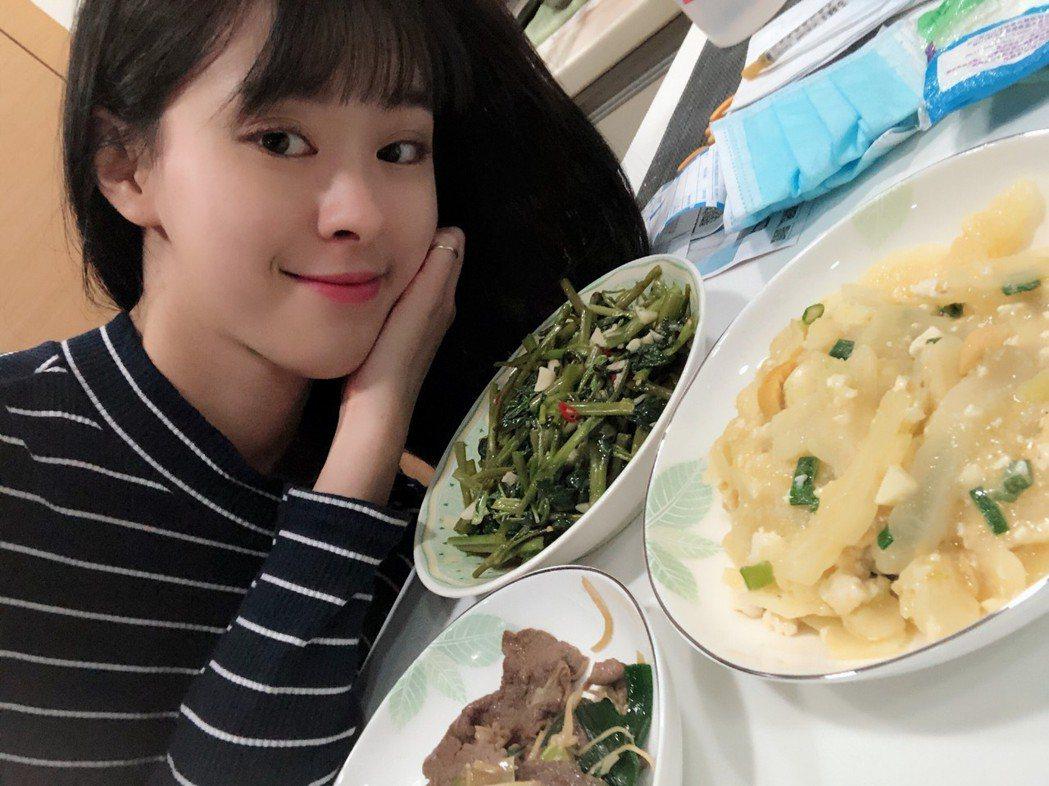 邱偲琹得意分享自己的料理成果。圖/周子娛樂提供