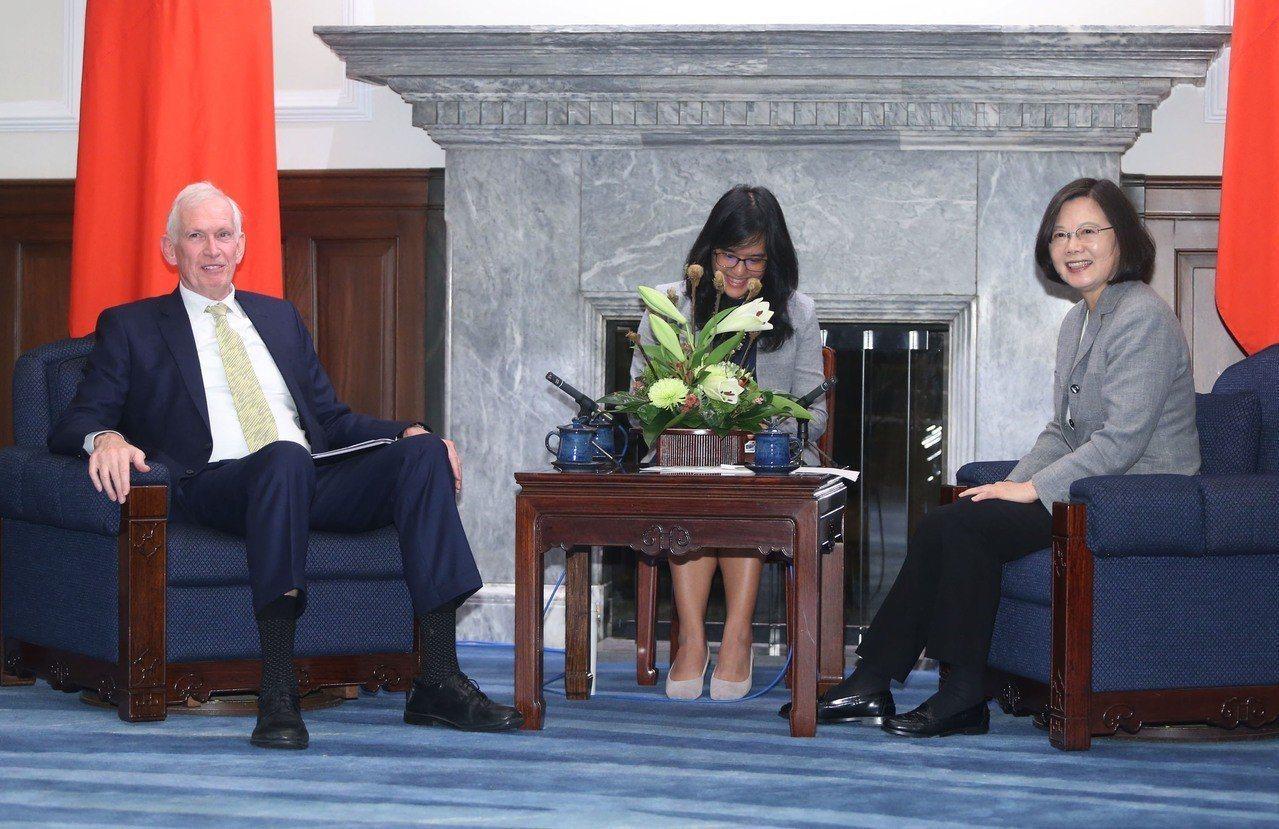 蔡英文總統(右)5日在總統府接見美國在台協會(AIT)主席莫健(James Mo...